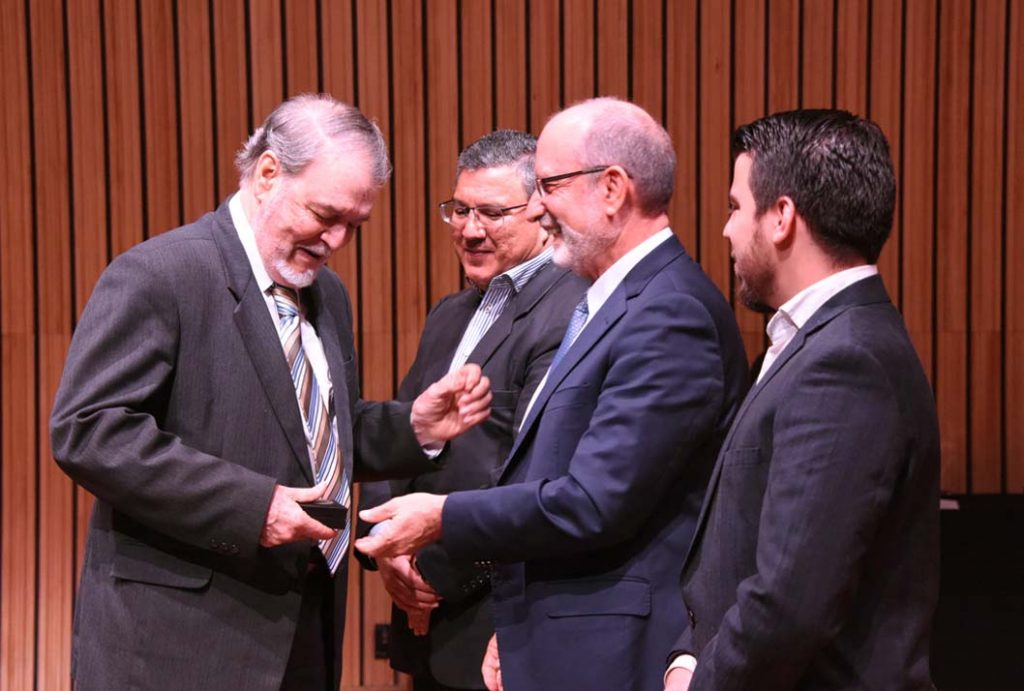 Dr. Walter Antillón recibe la medalla institucional (Foto: Karla Richmond / ODI),
