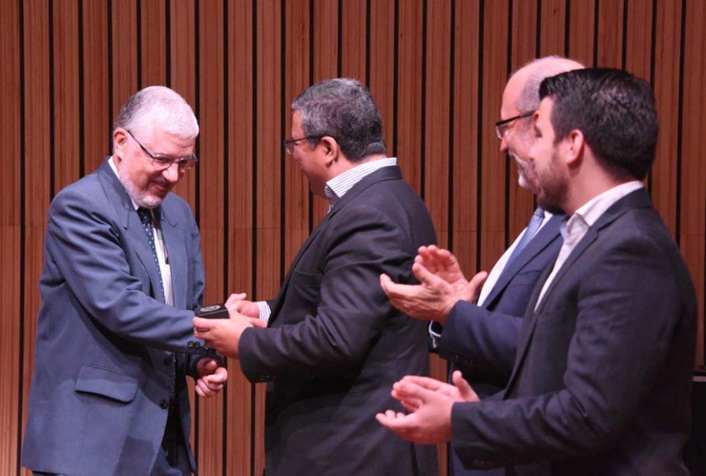 Dr. José María Gutiérrez recibe la medalla institucional (Foto: Karla Richmond / ODI).