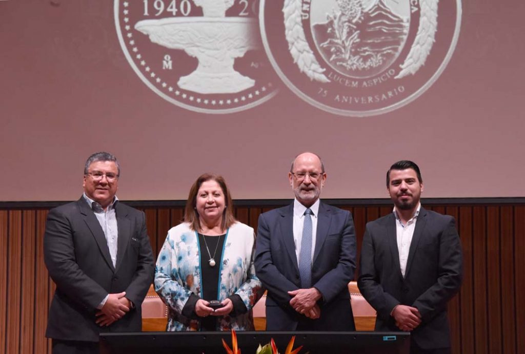 La Licda. Lisbeth Alfaro recibió la medalla institucional (Foto: Karla Richmond / ODI).